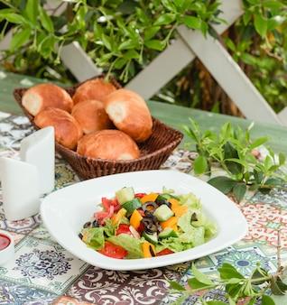 Sałatka ze świeżych warzyw w stole