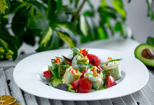 Sałatka ze świeżych warzyw w talerzu