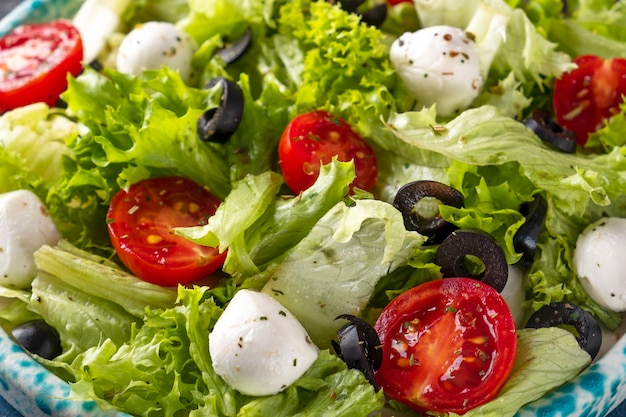Sałatka ze świeżych warzyw. widok makro, zbliżenie