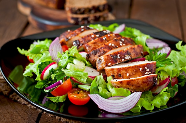 Sałatka ze świeżych warzyw z grillowaną piersią kurczaka.
