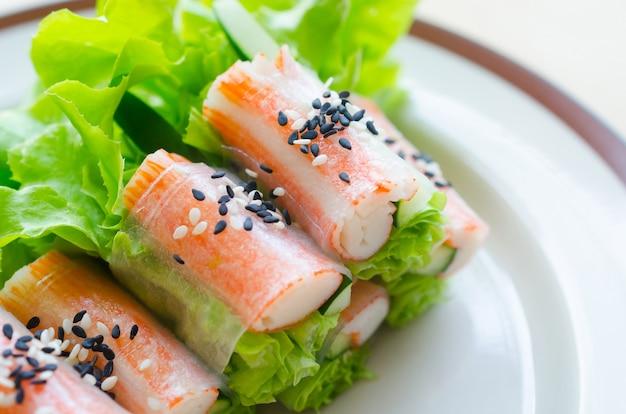 Sałatka ze świeżych warzyw z kijami z kraba