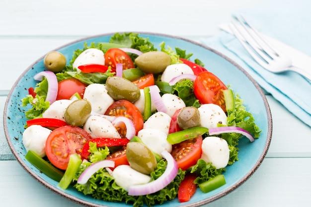 Sałatka ze świeżych warzyw z pomidorami