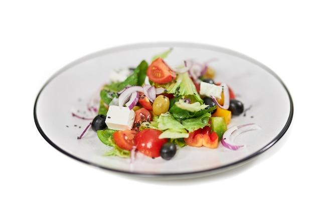 Sałatka ze świeżych warzyw z różną zielenią