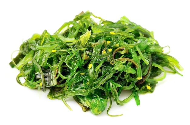 Sałatka ze świeżych wodorostów na białym tle. kuchnia japońska.
