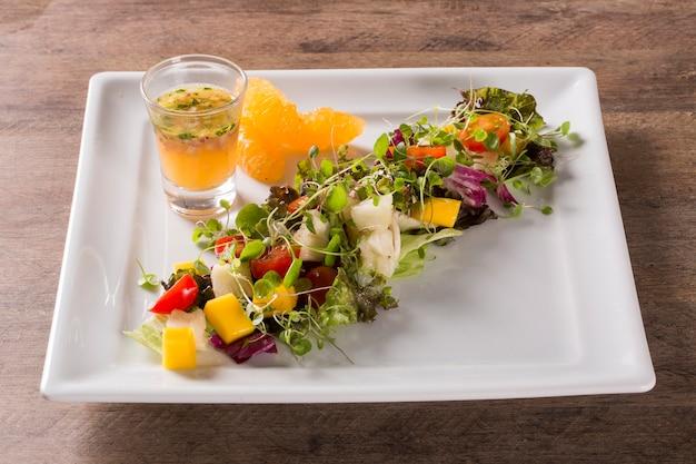 Sałatka ze świeżych zdrowych warzyw i owoców