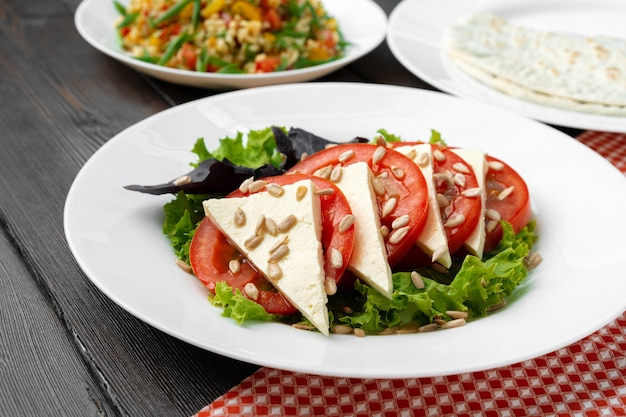 Sałatka ze świeżymi pomidorami i serem solonym