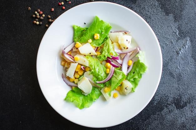 Sałatka ziemniaczana z sałatą kukurydzianą i warzywami na diecie keto lub paleo