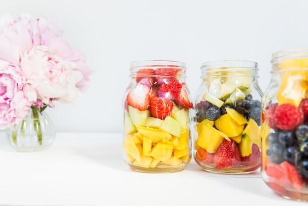 Sałatki owocowe i jagodowe w słoikach
