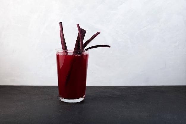 Salgam lub sfermentowany sok z buraków tradycyjny napój na bazie wody z fioletowej marchewki lub soku z rzepy