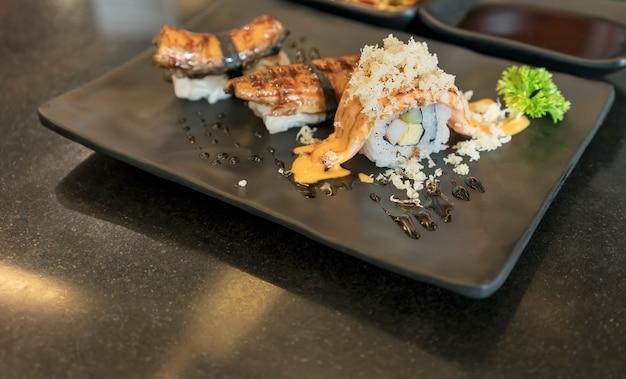 Salmon sushi lub łososiowy harasu (brzuch) z sosem podawany w japońskiej restauracji