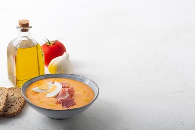 Salmorejo cordobes typowa hiszpańska zupa pomidorowa podobna do gazpacho, zwieńczona jamon serrano i jajkami