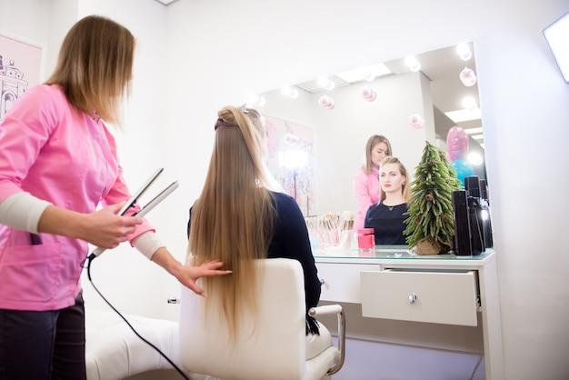 Salon fryzjerski dla kobiet. fryzjer w salonie kosmetycznym.