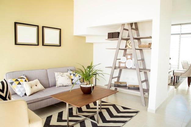 Salon nowego domu z fioletową sofą i dekoracjami