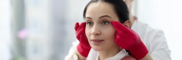 Salon piękności mistrz robi makijaż permanentny do kobiety klienta. koncepcja tatuażu przestrzeni międzylashowej