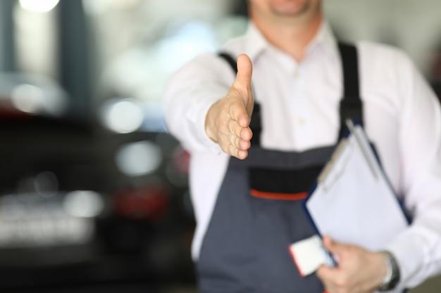 Salon samochodowy oferuje rękę do uścisku