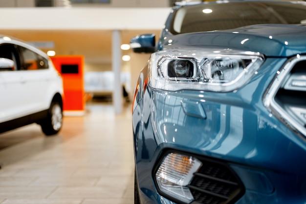 Salon samochodowy, widok zbliżenie na reflektor samochodowy, nikt. nowy salon samochodowy, koncepcja biznesowa dealera samochodowego