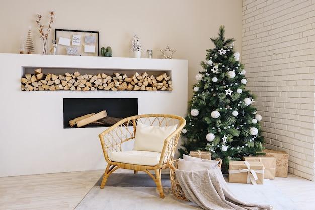 Salon w skandynawskim stylu ze świątecznym wystrojem