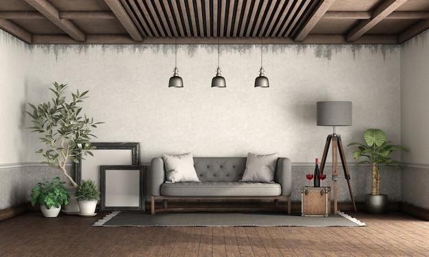 Salon w stylu retro ze starymi ścianami, drewnianym sufitem i klasyczną sofą