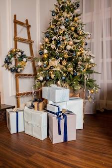 Salon z choinką i dekoracjami. przytulny i ciepły wieczór projekt wnętrz, drzewo