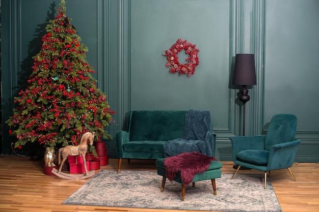 Salon z choinką w kolorze zielonym i czerwonymi dekoracjami