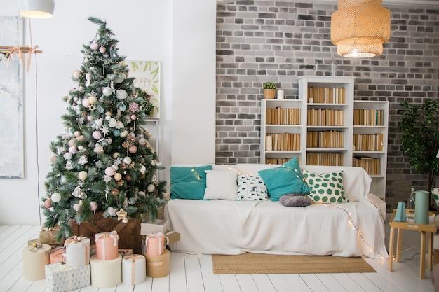 Salon z choinką z prezentami wnętrze w skandynawskim stylu