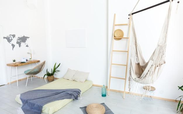 Salon z hamakiem i białymi ścianami