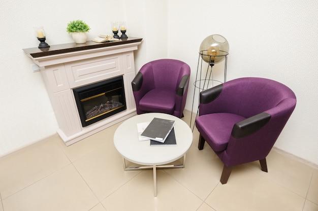 Salon z krzesłami i kominkiem