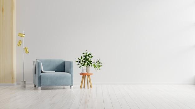 Salon z niebieskim fotelem z tkaniny na pustej białej powierzchni ściany