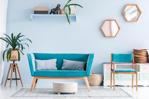 Salon z nowoczesnymi niebieskimi meblami, roślinami i dekoracjami. poziome zdjęcie