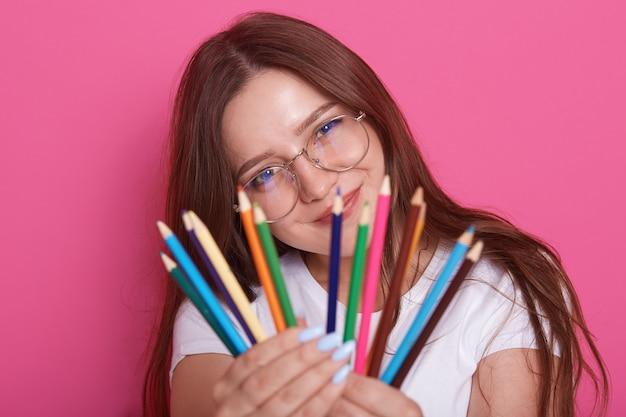 Salowy strzał młody piękny dziewczyna artysta jest ubranym białą przypadkową koszula i okulary