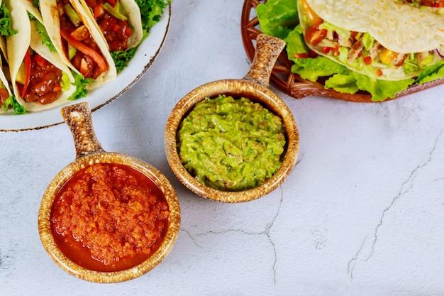 Salsa i guacamole z meksykańskimi tortillami kukurydzianymi.