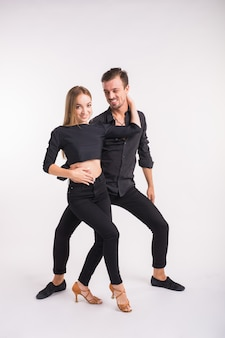 Salsa, kizomba i bachata tancerze na białym tle. koncepcja tańca społecznego.