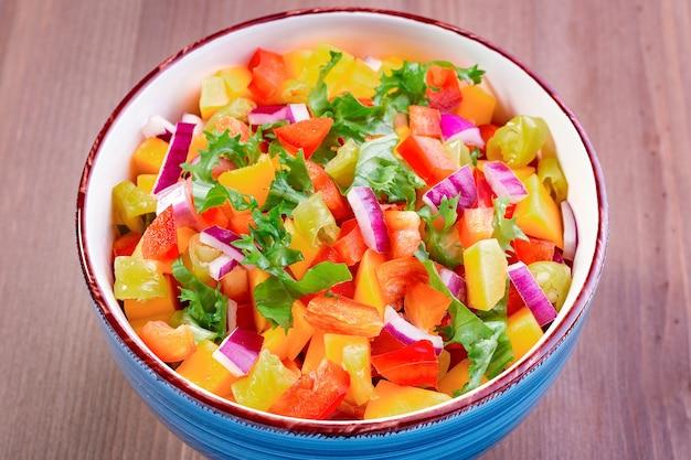 Salsa z mango z bliska z papryczkami jalapeno, tortillami i limonką. tradycyjne danie i przystawka na uroczystość w cinco de mayo. widok z góry