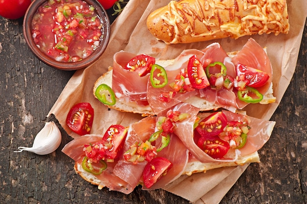 Salsa zamacza w pucharze chlebowi i serowi kije na drewnianym tle