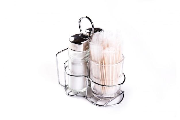 Saltcellar pieprz i wykałaczka na białym tle