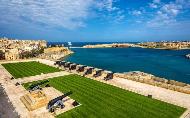 Salutowanie baterii w fort lascaris w valletta malta