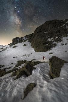 Sam na śniegu