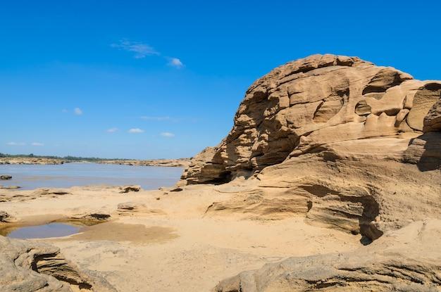 Sam pan bok zadziwiający rockowy kształt w mekong rzece podczas sezonu letniego, ubon ratchathani, tajlandia.