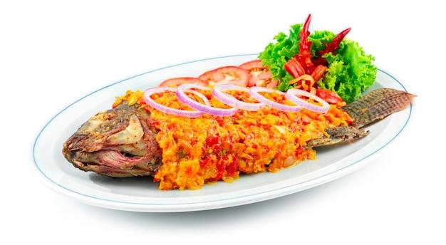 Sambal fish z gorącą pastą chili sos sambal styl popularna przyprawa w malezji, indonezji i singapurze ozdobiona rzeźbionymi chili i warzywami z boku