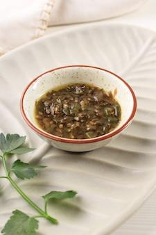 Sambal ijo, pasta z zielonego chilli zwykle podawana z smażoną kaczką madurańską (bebek madura)