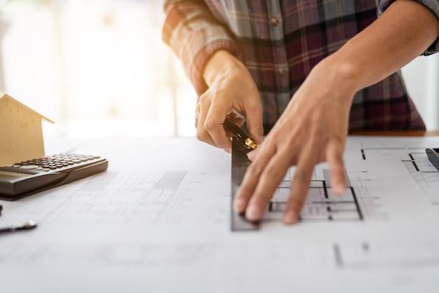 Samica architekta rysowanie projektów w biurze pracy.