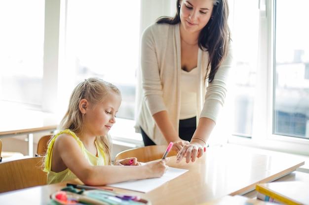 Samica nauczyciel wspomagająca uczennice