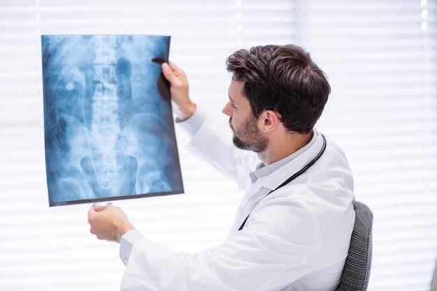 Samiec doktorski egzamininuje promieniowanie rentgenowskie