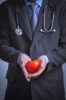 Samiec doktorski pokazuje stetoskop dla checkup serca, kierowy opieki pojęcie