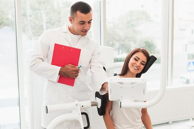 Samiec doktorski pomaga żeński pacjent
