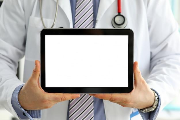 Samiec doktorski trzyma cyfrowy pastylka komputer osobisty