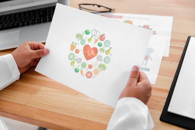 Samiec lekarka wręcza trzymać kolorowego diagram