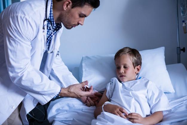 Samiec wstrzykiwanie doktorski pacjent