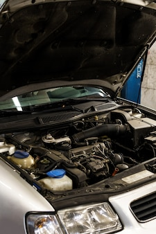 Samochód bez otwartej maski w warsztacie samochodowym