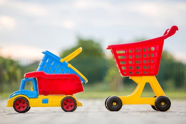 Samochód ciężarowy, koszyk i wózek na zakupy.